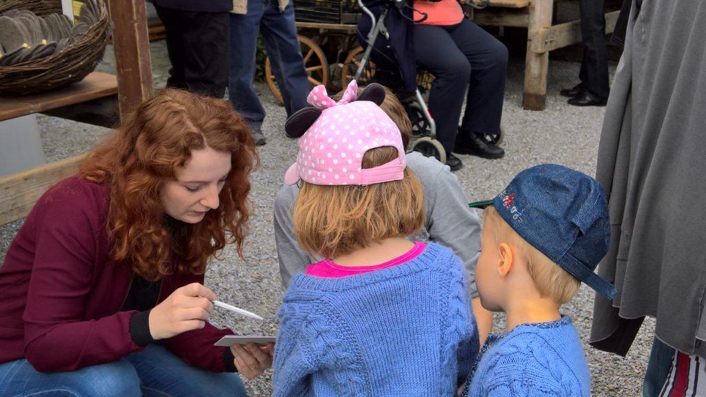 Anna Galizia, Vorstandsmitglied der Grünen Wohlen bei der Betreuung der Kinder, der Natur auf der Spur im Islerpark!